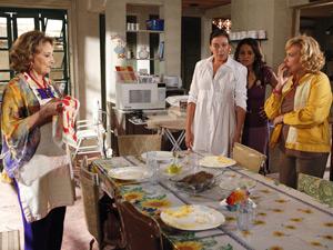 Tarefa cumprida de Íris surpreende Griselda e suas amigas (Foto: Fina Estampa/ TV Globo)