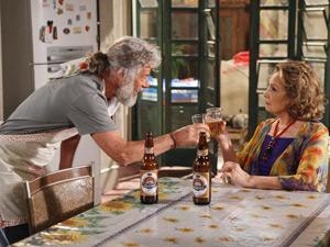 Pereirinha chega para salvar Íris do teste da cozinha (Foto: Fina Estampa/ TV Globo)