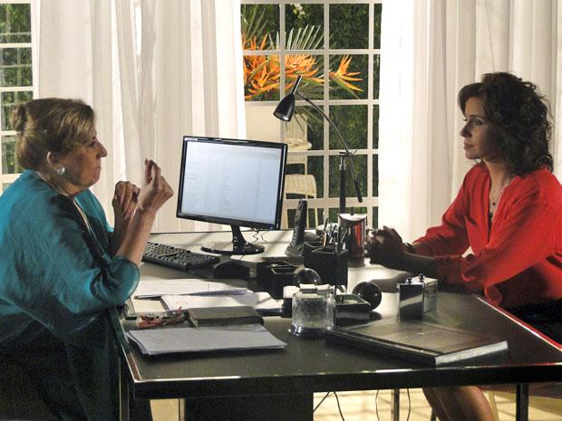 Mirta alerta Claudia sobre a crise instalada na casa (Foto: Aquele Beijo/TV Globo)