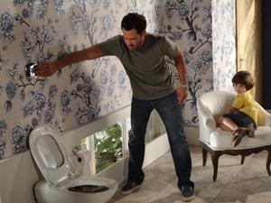 Quinzé tenta dar descarga no lavabo (Foto: Fina Estampa/TV Globo)