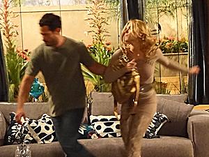 A loira é expulsa da mansão por Quinzé (Foto: Fina Estampa/TV Globo)