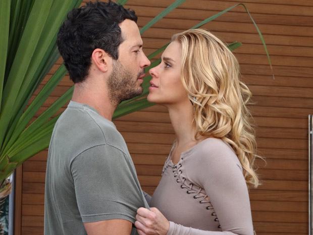 A loira agarra o ex-marido, que não resiste ao seu charme (Foto: Fina Estampa/TV Globo)