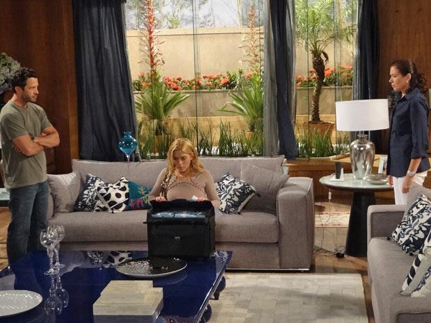Teodora abre a mala com R$ 5 milhões e fica sem reação (Foto: Fina Estampa/TV Globo)