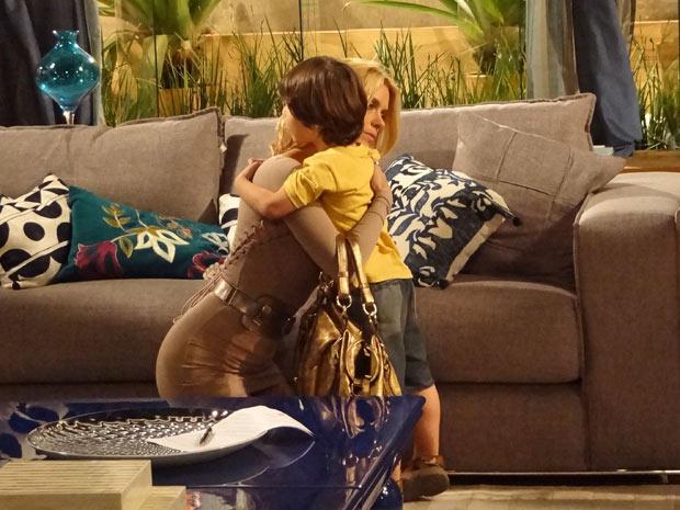 Teodora se rende ao menino e retribui o abraço (Foto: Fina Estampa/TV Globo)