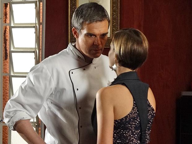 Vanessa se insinua para o chef de cozinha em pleno local de trabalho (Foto: Fina Estampa/TV Globo)