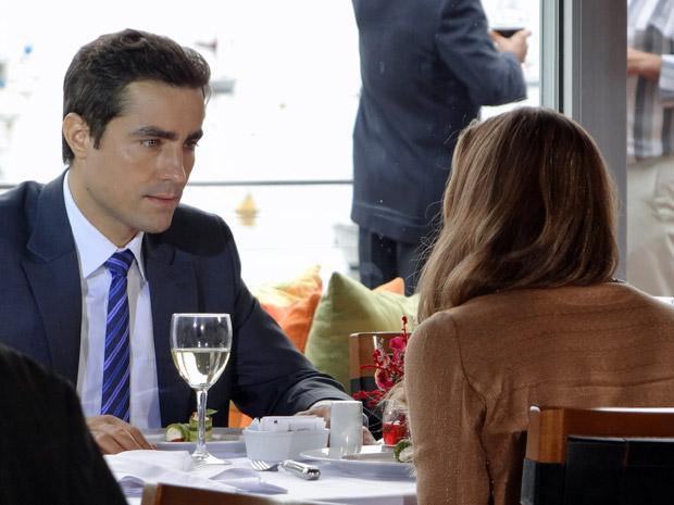 Vicente não sabe como reagir ao saber que Lucena foi contratada pela Comprare (Foto: Aquele Beijo/TV Globo)