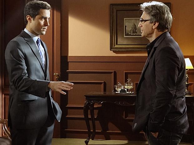 Alberto conversa com Vicente sobre o Covil do Bagre (Foto: Aquele Beijo/TV Globo)