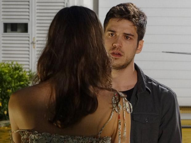 O rapaz chora na frente da ex-namorada (Foto: Fina Estampa/TV Globo)