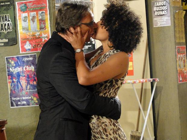Sarita e Alberto se beijam (Foto: Aquele Beijo/TV Globo)