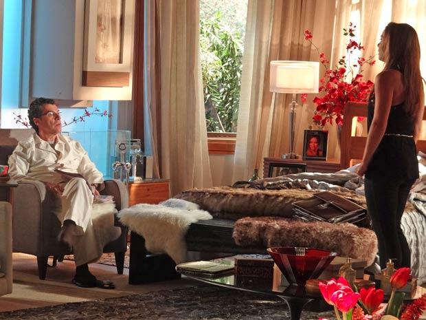 Incapaz de se relacionar com o filho, Cris reclama com Jonas (Foto: A Vida da Gente / TV Globo)