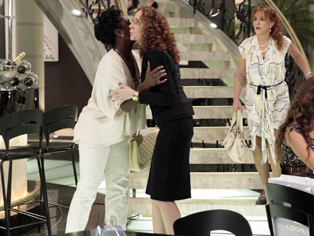 Olga e Deusa sem encontram (Foto: Aquele Beijo/TV Globo)