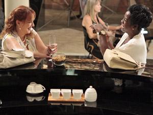 As duas conversam sobre a vida (Foto: Aquele Beijo/TV Globo)