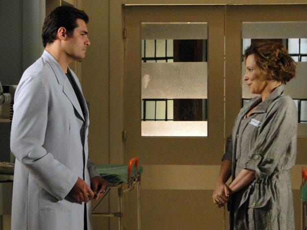 Eva mente para Lúcio ao dizer que vai contar para Manu que Ana saiu do coma (Foto: A Vida da Gente - Tv Globo)