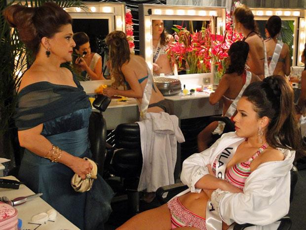 Íntima pede para Belezinha ficar de cabeça erguida (Foto: Aquele Beijo/TV Globo)