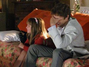Julia adora o jeito da tia e Rodrigo não consegue segurar o riso com as histórias de Nanda (Foto: A Vida da Gente - Tv Globo)