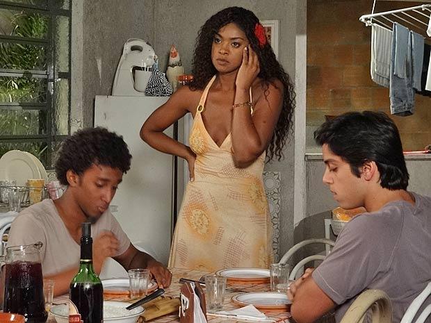 Dagmar telefona, mas não consegue falar com Quinzé (Foto: Fina Estampa / TV Globo)