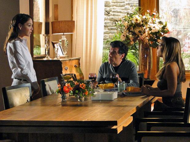 Lorena avisa a Jonas e Cris que Tiago está ardendo em febre (Foto: A Vida da Gente - Tv Globo)