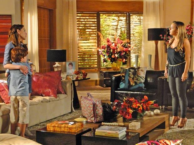 Lorena é pressionada por Cris (Foto: A Vida da Gente / TV Globo)