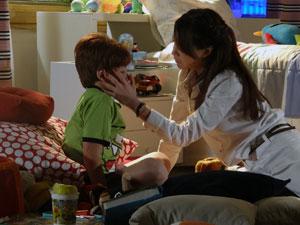 Lorena cuida de Tiago e percebe que ele está doente (Foto: A Vida da Gente - Tv Globo)