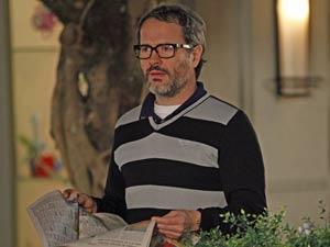 Lourenço, abatido com o que lê (Foto: A Vida da Gente / TV Globo)