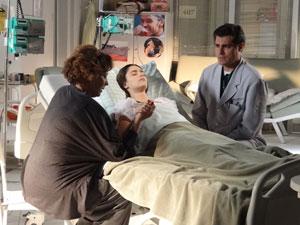 Lúcio não acredita em recuperação e pede para Eva deixar um pouco o hospital (Foto: A Vida da Gente - Tv Globo)