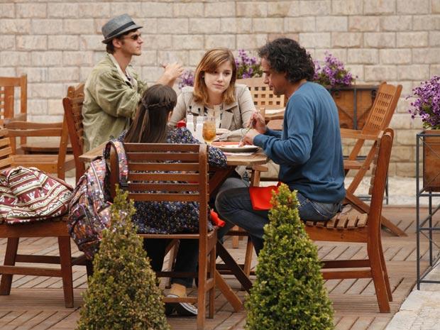Marcos tenta convencer Sofia a reencontrar Olívia (Foto: A Vida da Gente/TV Globo)