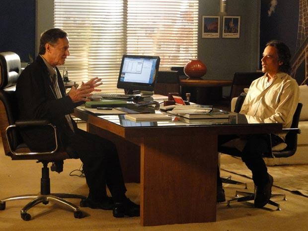 Marcos é entrevistado por dono da agência de turismo (Foto: A Vida da Gente/TV Globo)
