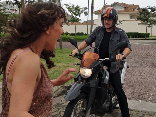 Rafael entra com a moto a mil e acaba atropelando Patrícia  (Foto: Fina Estampa/ TV Globo)