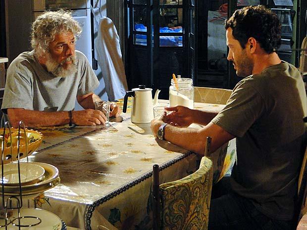 Quinzé conversa com o pai sobre Teodora (Foto: Fina Estampa / TV Globo)