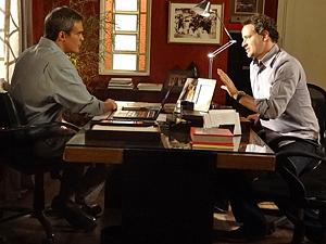 Paulo convence René a não demitir Vanessa (Foto: Fina Estampa / TV Globo)