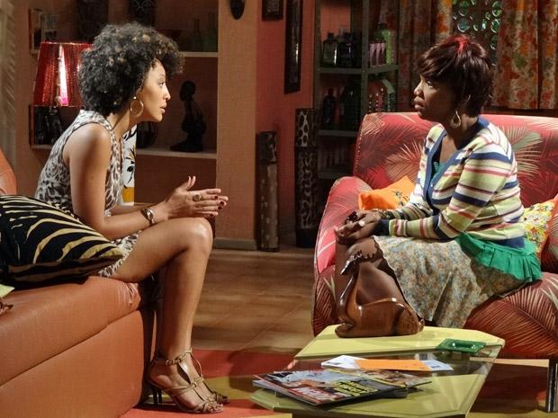 Sarita confessa que gosta de Alberto e está divida entre o romance e o trabalho (Foto: Aquele Beijo/TV Globo)