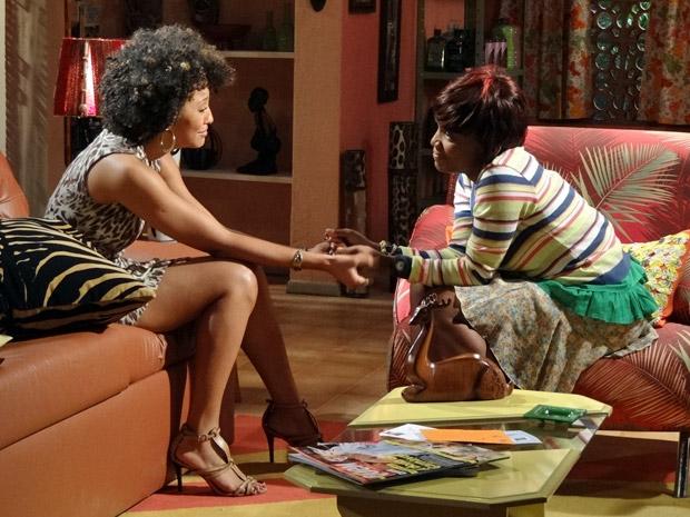 Marisol tenta dar apoio a sarita que vive um dilema (Foto: Aquele Beijo/TV Globo)