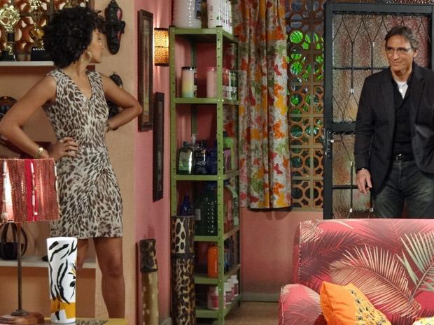 Alberto vai até a casa de Sarita (Foto: Aquele Beijo/TV Globo)
