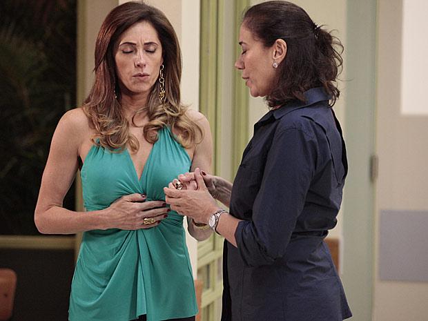 Em momento único, Tereza Cristina e Griselda se unem para rezar (Foto: Fina Estampa / TV Globo)