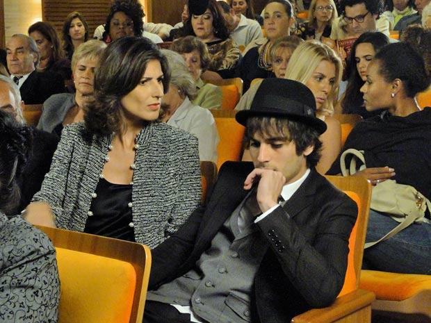 Agenor tenta se esconder quando Brites grita e Iolanda se exalta (Foto: Aquele Beijo/TV Globo)