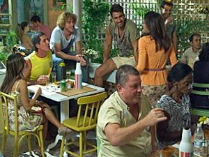 Celeste recebe os convidados (Foto: Fina Estampa/ TV Globo)