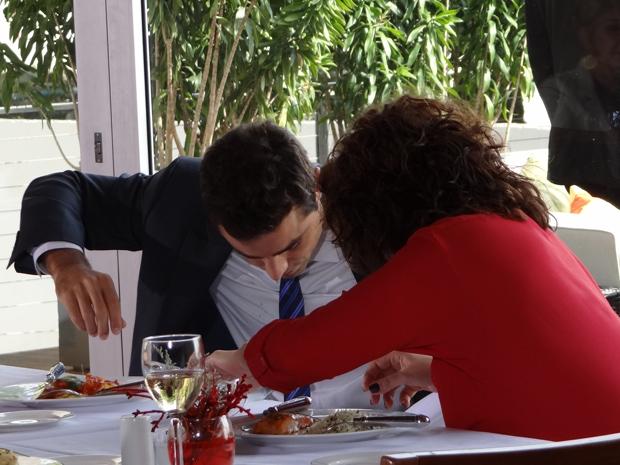 Claudia derrama vinho em Vicente e fica atordoada (Foto: Aquele Beijo / TV Globo)