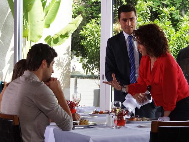 Claudia tenta se justificar após derramar vinho em Vicente (Foto: Aquele Beijo / TV Globo)