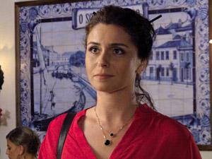 Claudia fica passada com a notícia (Foto: Aquele Beijo/TV Globo)