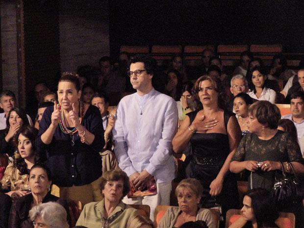 Iara faz revelação no momento em que a atriz inerrompe a peça (Foto: Aquele Beijo/TV Globo)