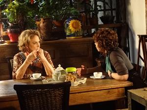 Íris e Alice conversam sobre o segredo de Tereza Cristina (Foto: Fina Estampa / TV Globo)