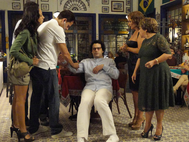 Joselito é examinado por Ricardo após desmaiar (Foto: Aquele Beijo / TV Globo)