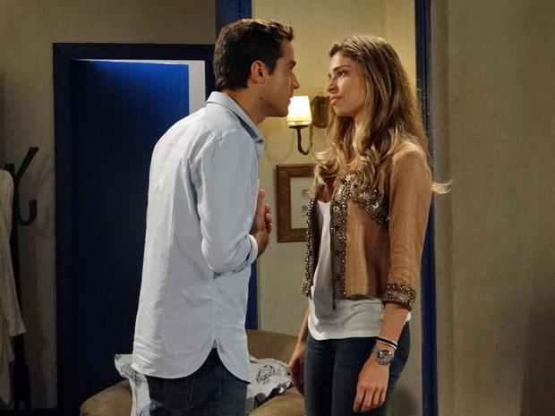 Vicente confessa que está confuso e não sabe se ainda ama Lucena (Foto: Aquele Beijo/TV Globo)