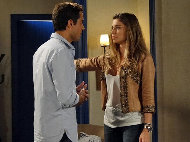 Lucena manda Vicente sair do seu quarto (Foto: Aquele Beijo/TV Globo)