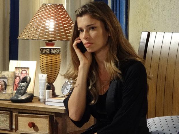 Lucena resolve ligar para Juan e pedir o seu dinheiro de volta (Foto: Aquele Beijo/TV Globo)