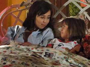 Manu conversa com Júlia antes de dormir (Foto: A Vida da Gente/TV Globo)
