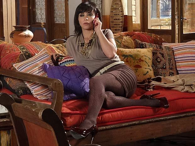 Marcela telefona para Tereza Cristiana e conta que sabe qual é seu segredo (Foto: Fina Estampa / TV Globo)