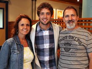 Rafael recebeu a visita do pai e da madrasta (João Medeiros e Helena Vargas) (Foto: A Vida da Gente - Tv Globo)