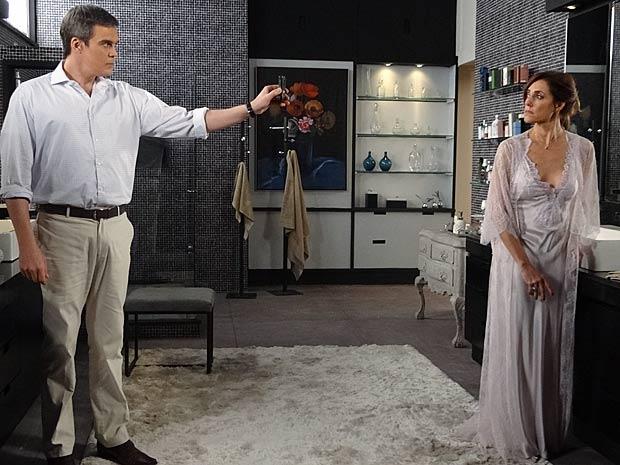 René mostra o celular de Tereza Cristina com a ligação de Marcela (Foto: Fina Estampa / TV Globo)