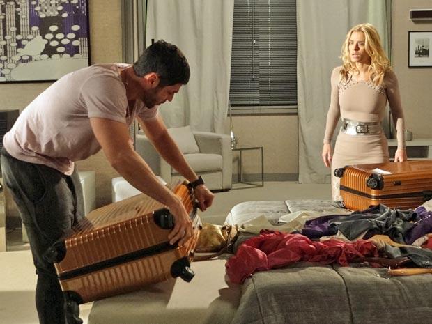 Wallace arruma as malas da loira (Foto: Fina Estampa/ TV Globo)